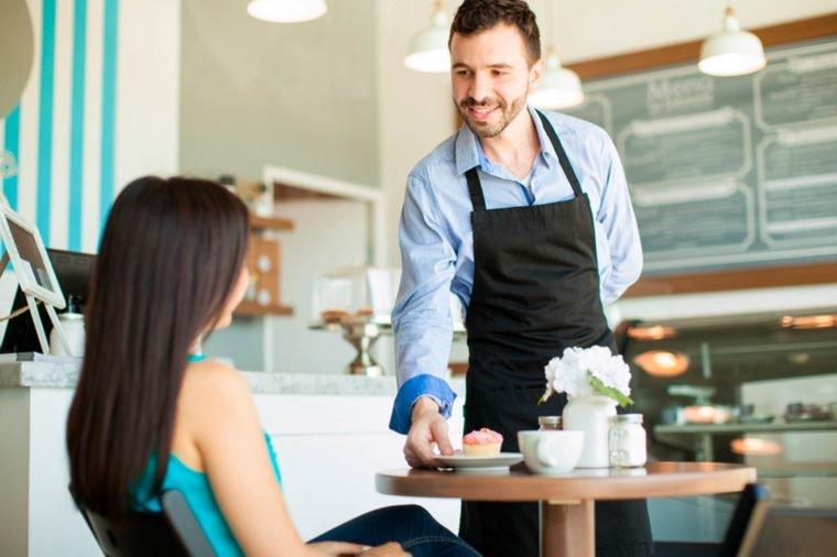 camarero en un restaurante de londres